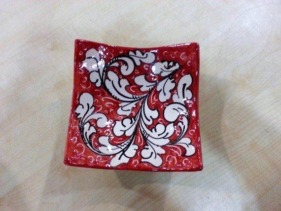 Ciotola rossa ornato bianco
